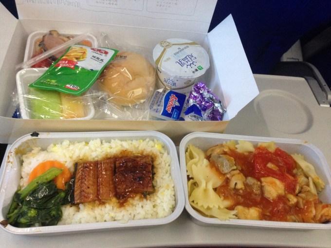 东航的飞机餐一般般,没太吃.
