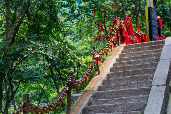 光滑的铁链 因为坪上有陈抟手植树的莎萝树而得名.