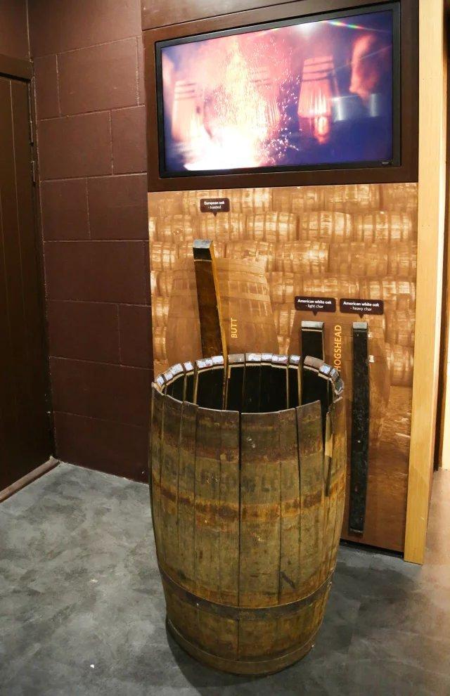 坐在木桶舱中看威士忌的制作过程