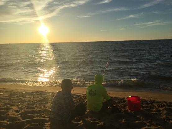 吃完饭有很多人在海边玩耍 垂钓爱好者  他们一般都会自己在海里钓