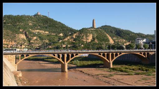 宝塔山和延河桥,相谐相辉,已经是延安革命圣地的象征,是城市的标志,更