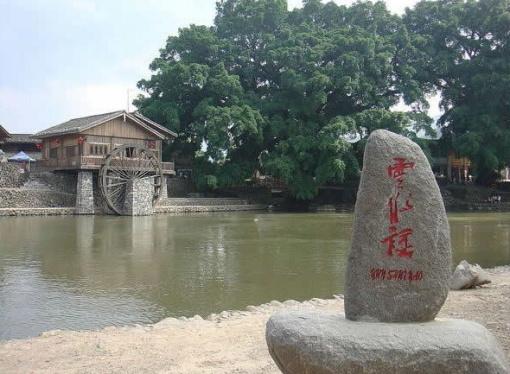 """云水谣风景区拥有世界文化遗产""""和贵楼""""等著名土楼群和千年古榕树群"""