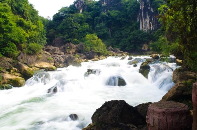 水上石林景区主要景观有银练坠潭瀑布,星峡飞瀑布,群榕聚会,根墙屏障