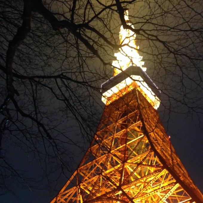 看着雨水拍打着东京塔的