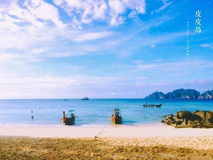 -->  泰王国(Kingdom of Thailand)简称泰国(Thailand),是东南亚的一个国家,东临老挝和柬埔寨,南面是暹罗湾和马来西亚,西接缅甸和安达曼海。泰国素有黄袍佛国 美誉,是一个具有两千多年佛教史的文明古国。在1949 年5 月11 日以前,泰国的名称是暹罗。这里优美迷人的热带风光也许及不上马尔代夫的惊艳,广博的佛教文化似乎也不如印度的狂热,独有的民间风俗又比不上缅甸的纯粹,但泰国却蜚声海外,吸引着世界各地的游客前来观光。而泰国的致命吸引力或许正是以上三者的叠加,加上东西方文化的