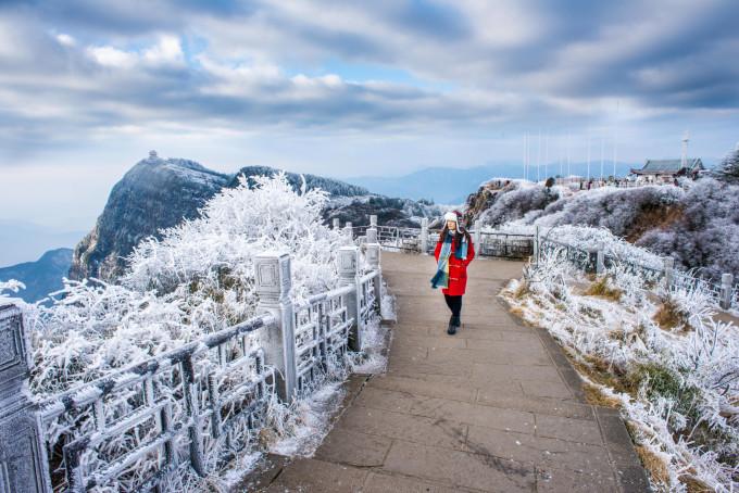雪��/~���x+�x�&�7:d��_峨眉山——一场雪把我留在这里